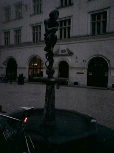 Harry pod fontanną krakowskiego żaka (btw - najbardziej romantyczne miejsce na umówienie się na randkę w Krakowie)