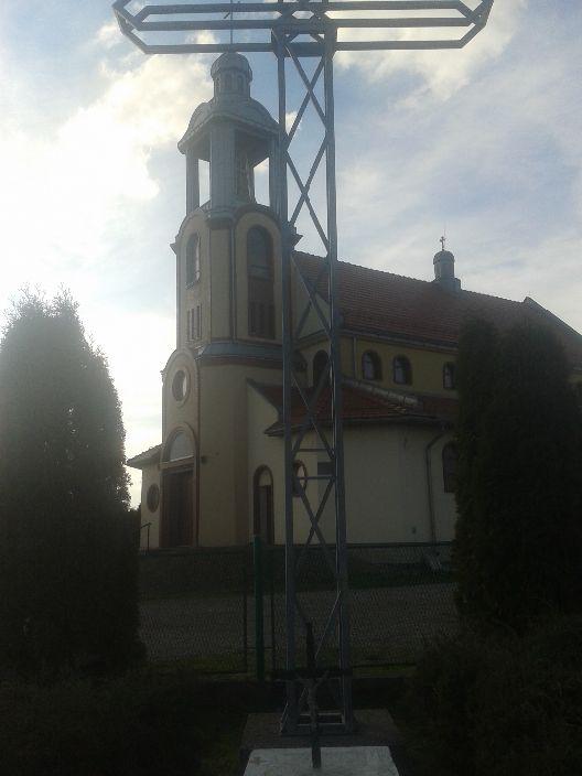 Kościół niedaleko Kocmyrzowa - jeszcze w budowie - z potężnym stalowym krzyżem.