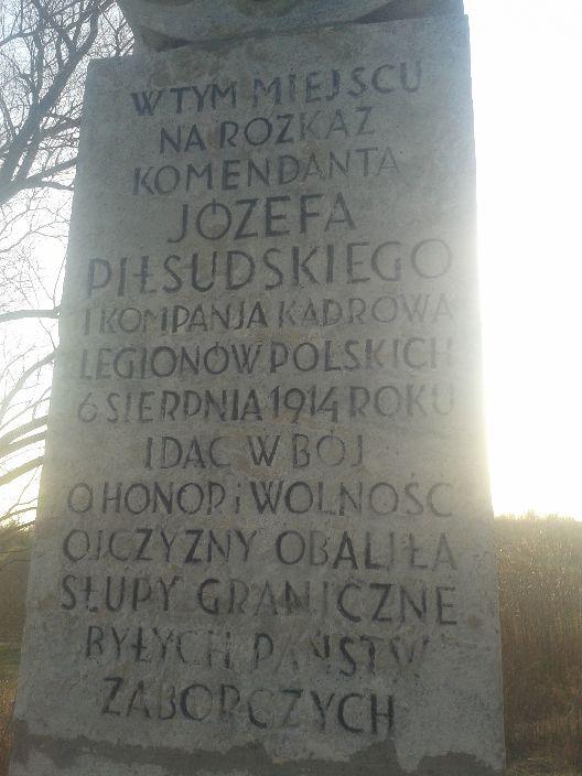 Obelisk upamiętniający żołnierzy Kadrówki, którzy w tym miejscu obalili słupy graniczne między Austrią i Rosją i ruszyli po wolność dla Polski.